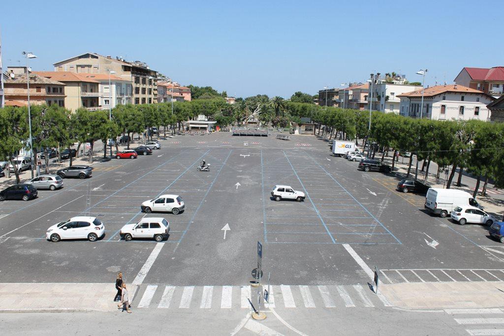Cadde in piazza per colpa di una sampietrino: chiede al comune un danno di 157mila euro