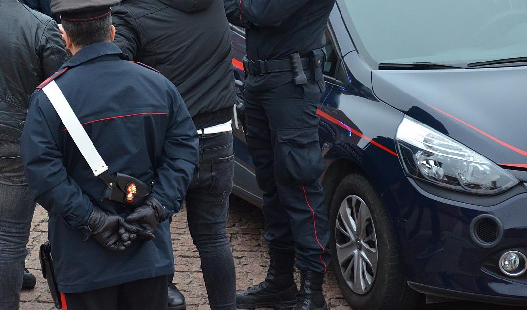 9a1410e1e3 Tatuatore arrestato: aggredisce e sequestra due collaboratori. Liberati dai  Carabinieri