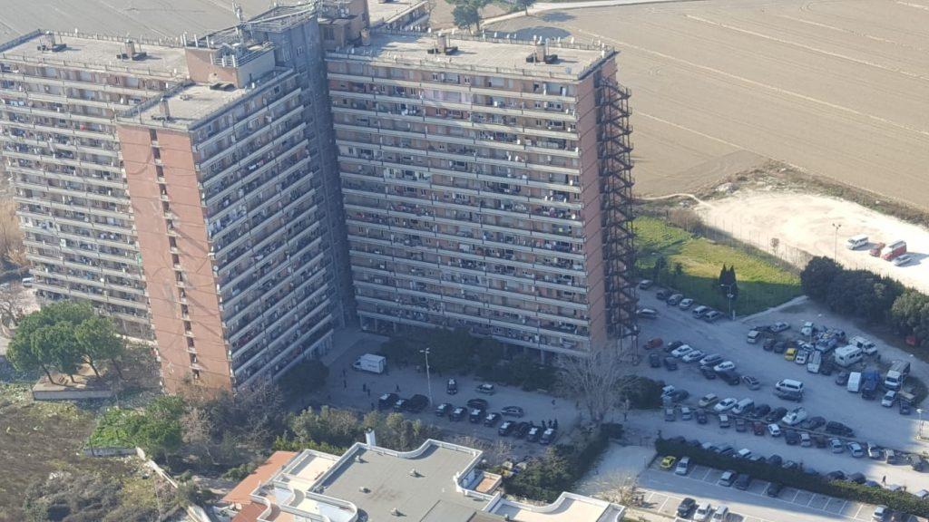 Uomo 31enne muore di all'Hotel House: lasciato sul balcone con sospetto overdose