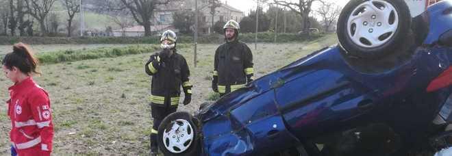 L'auto si ribalta e la donna al volante muore sul colpo
