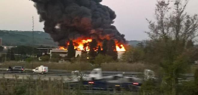 Nube di fuoco e fiamme avvolge un'azienda di mobili