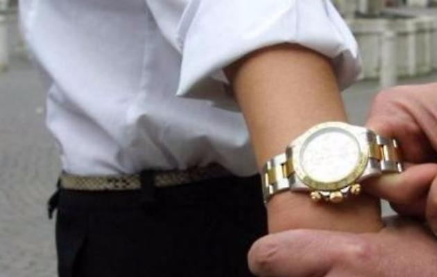 Ladro segue signora 70enne fino a casa, poi la strattona e gli porta via un Rolex d'oro